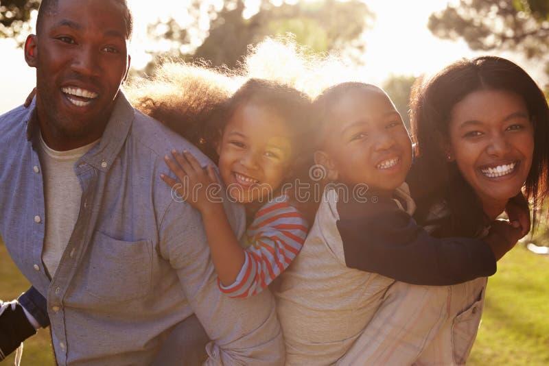 Porträt der glücklichen Familie im Sommer-Garten lizenzfreie stockfotos