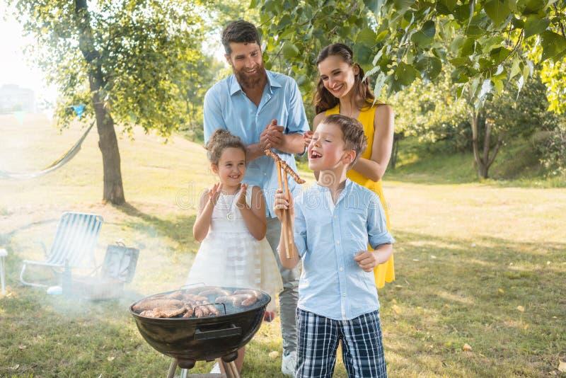 Porträt der glücklichen Familie mit zwei Kindern draußen stockfotografie