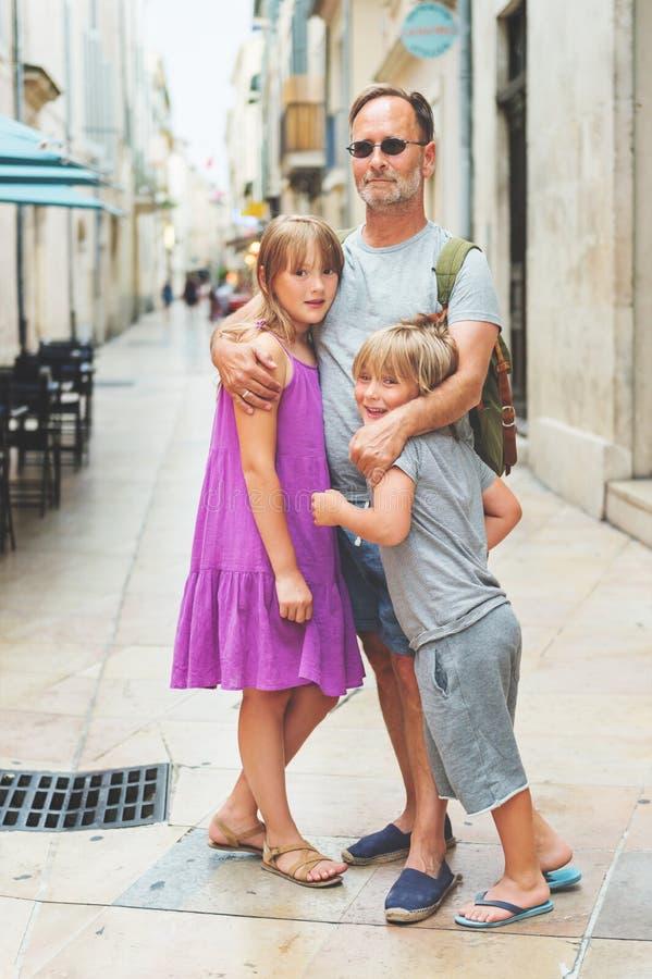 Porträt der glücklichen Familie Sommerferien genießend stockfotografie