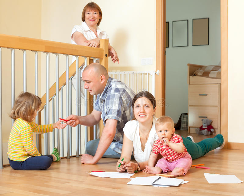 Porträt der glücklichen Familie von mehreren Generationen mit kleinen Kindern Co lizenzfreies stockfoto