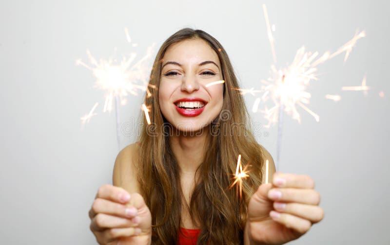 Porträt der glücklichen Frau mit brennenden Wunderkerzen an der Atelieraufnahme stockbild