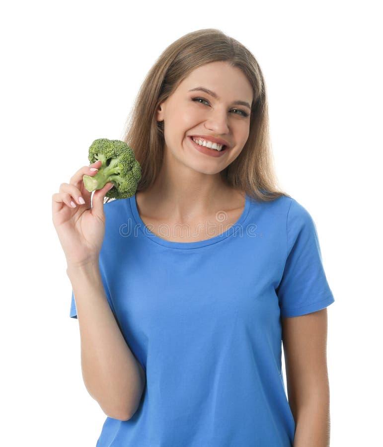 Porträt der glücklichen Frau mit Brokkoli auf Weiß stockfotografie