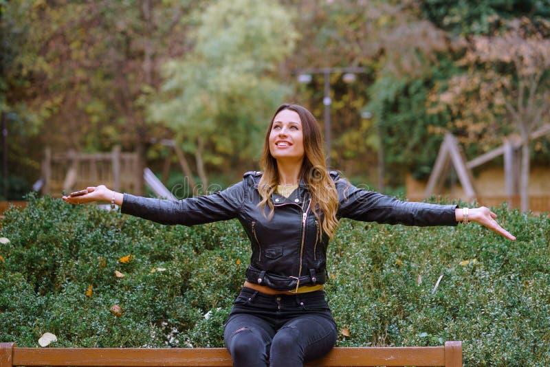 Porträt der glücklichen Frau mit den ausgestreckten Armen lizenzfreie stockfotografie