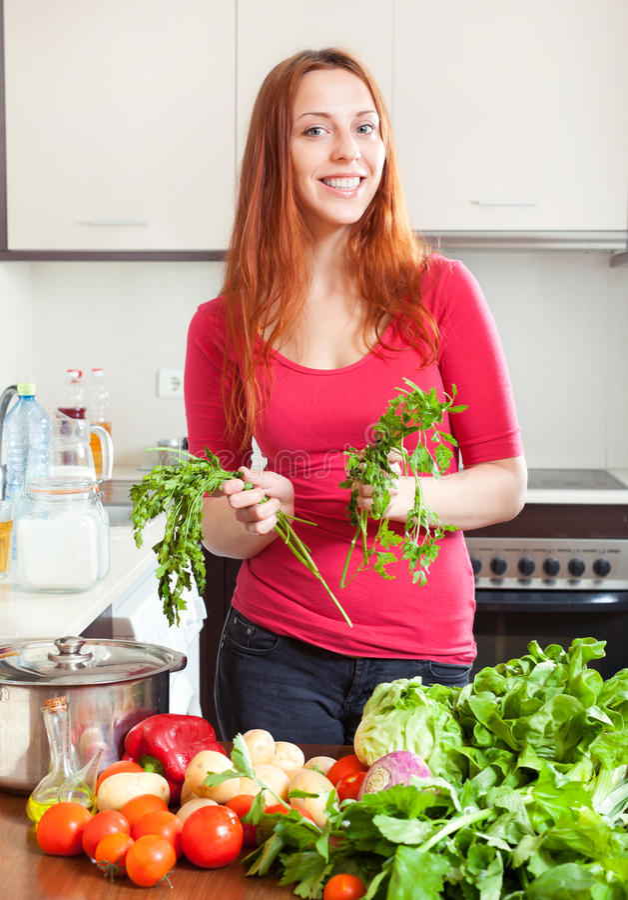 Porträt der glücklichen Frau mit Frischgemüse lizenzfreie stockfotos