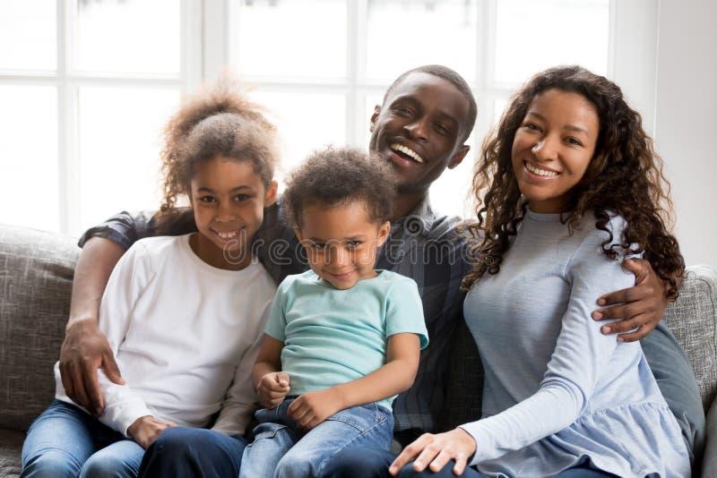 Porträt der glücklichen großen Afroamerikanerfamilie zu Hause lizenzfreie stockfotografie