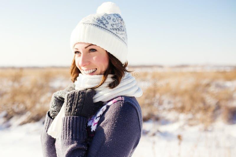 Porträt der glücklichen jungen Frau haben Spaß am Winter lizenzfreies stockfoto
