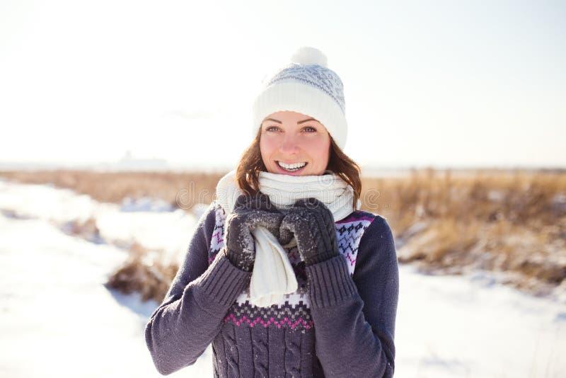 Porträt der glücklichen jungen Frau haben Spaß am Winter lizenzfreie stockfotos