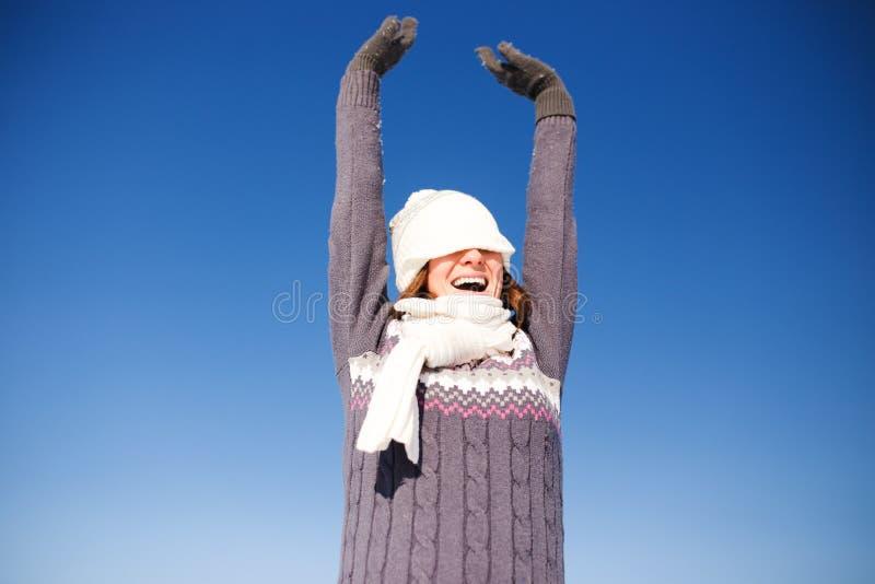 Porträt der glücklichen jungen Frau haben Spaß am Winter stockfoto