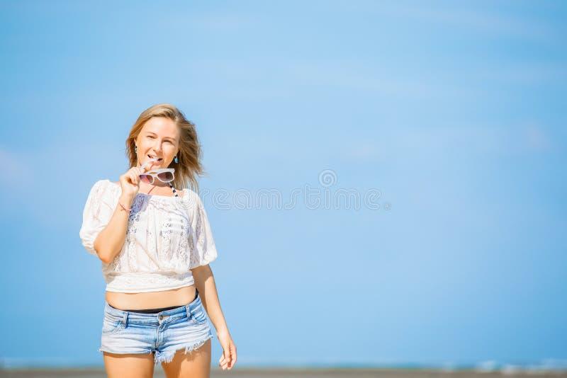 Porträt der glücklichen jungen kaukasischen Frau mit Blau lizenzfreies stockbild