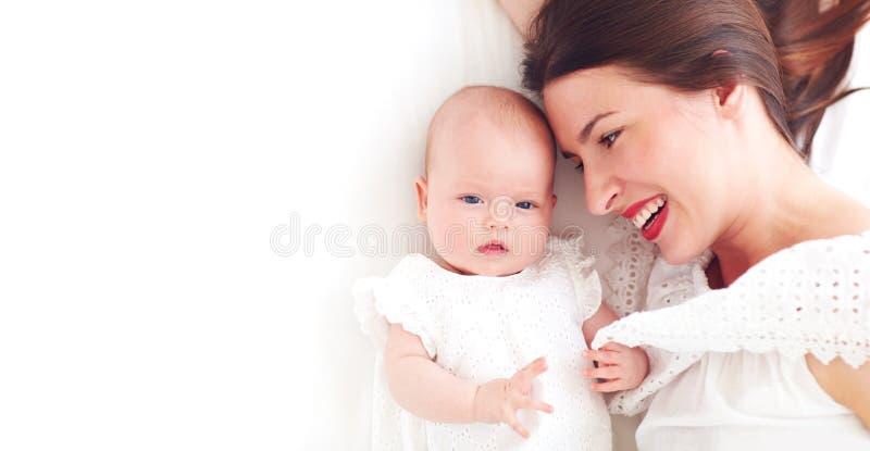 Porträt der glücklichen jungen Mutter mit Säuglingsbaby, Tochter stockfoto
