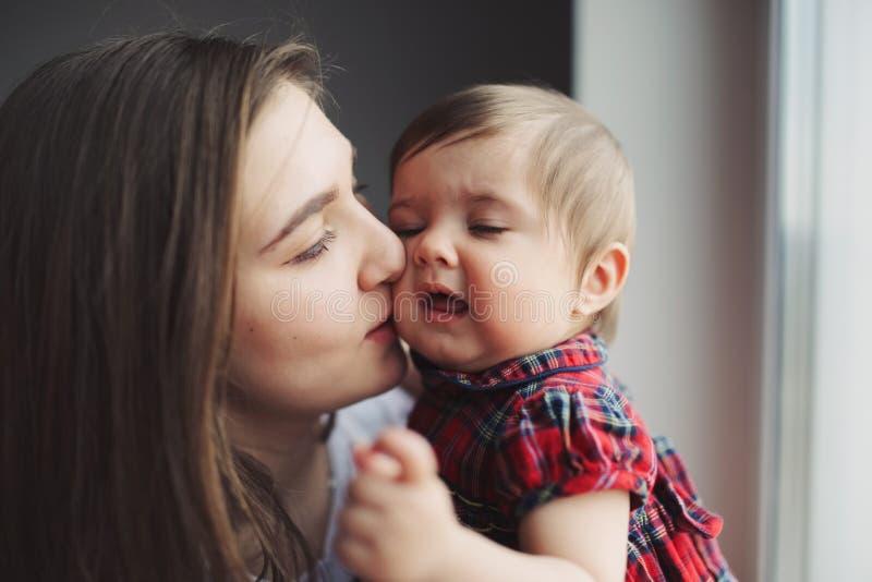 Porträt der glücklichen jungen Mutter mit Tochter stockfoto
