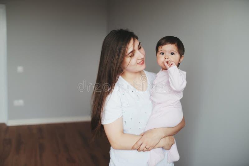 Porträt der glücklichen jungen Mutter mit Tochter lizenzfreie stockbilder