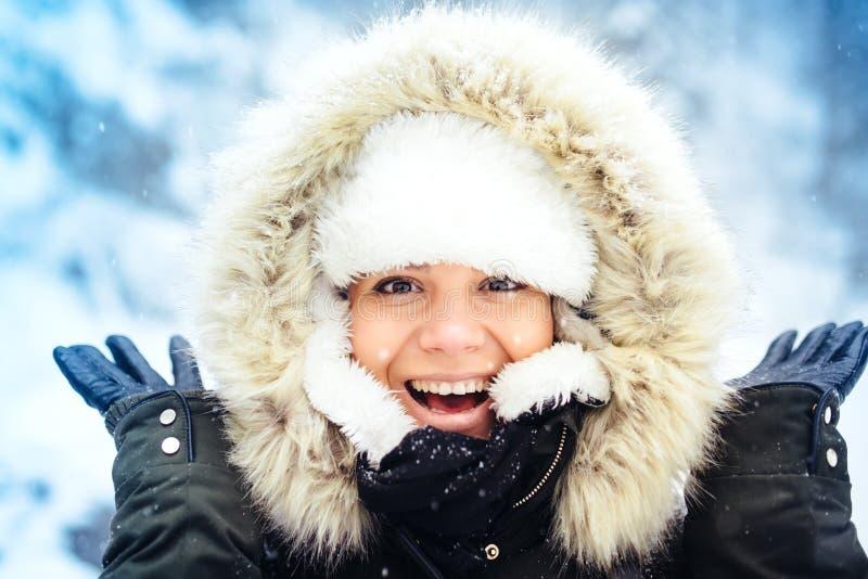 Porträt der glücklichen, lächelnden Frau, Schnee und Wintertage während der kalten Jahreszeit genießend Stilvolles Porträt der Sc lizenzfreie stockfotografie