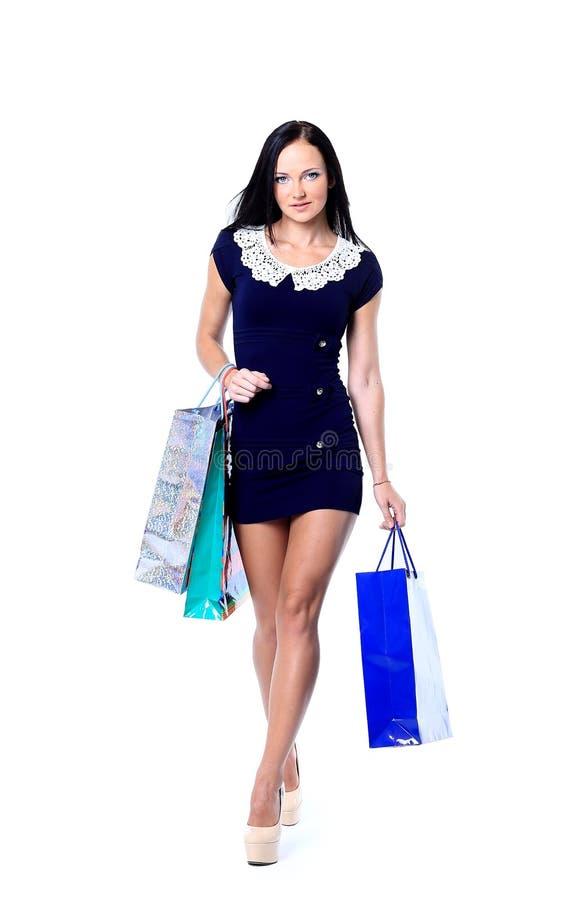 Porträt der glücklichen lächelnden Frauengriffeinkaufstasche stockbild