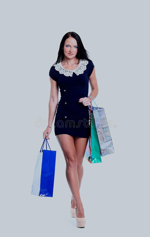 Porträt der glücklichen lächelnden Frauengriffeinkaufstasche Frau lokalisiert über weißem Hintergrund lizenzfreie stockfotografie