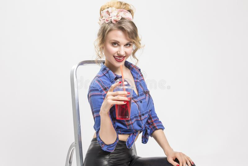 Porträt der glücklichen lächelnden kaukasischen blonden Frau in den schwarzen Latex-Hosen lizenzfreie stockfotos