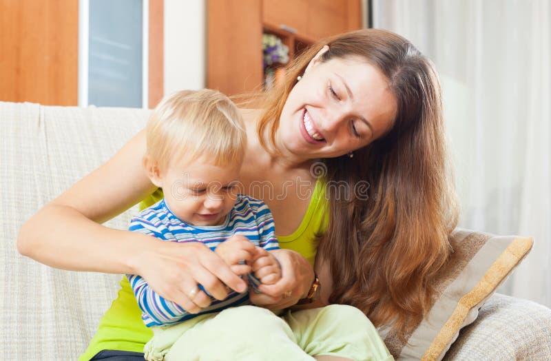 Porträt der glücklichen langhaarigen Mutter mit Kleinkind lizenzfreie stockfotografie