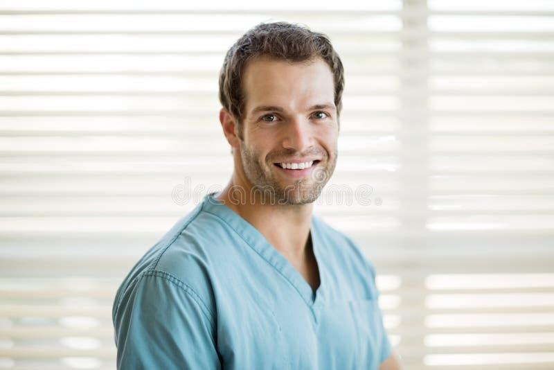 Porträt der glücklichen männlichen Krankenschwester lizenzfreie stockfotos