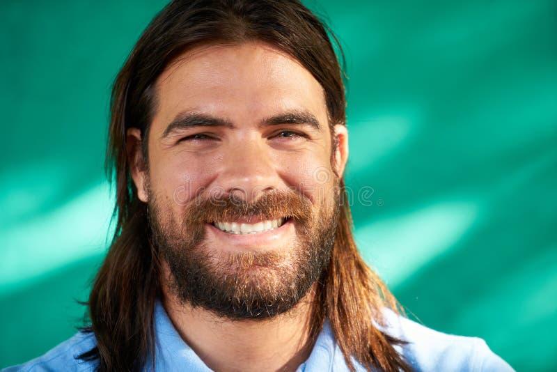 Porträt der glücklichen Menschen junger Latino-Mann mit dem Bart-Lächeln stockfotografie