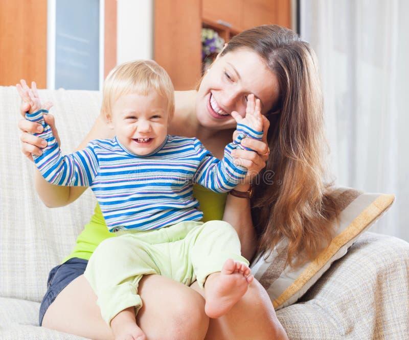 Porträt der glücklichen Mutter mit Kleinkind stockbild