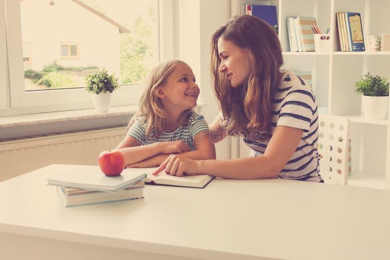 Porträt der glücklichen Mutter und ihrer recht kleinen Tochter am t lizenzfreie stockfotografie