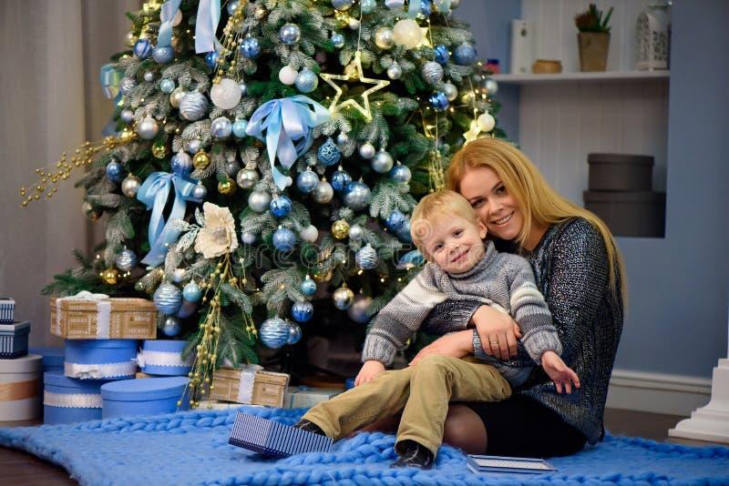 Porträt der glücklichen Mutter und Sohn feiern Weihnachten Neues Jahr ` s Feiertage lizenzfreies stockfoto