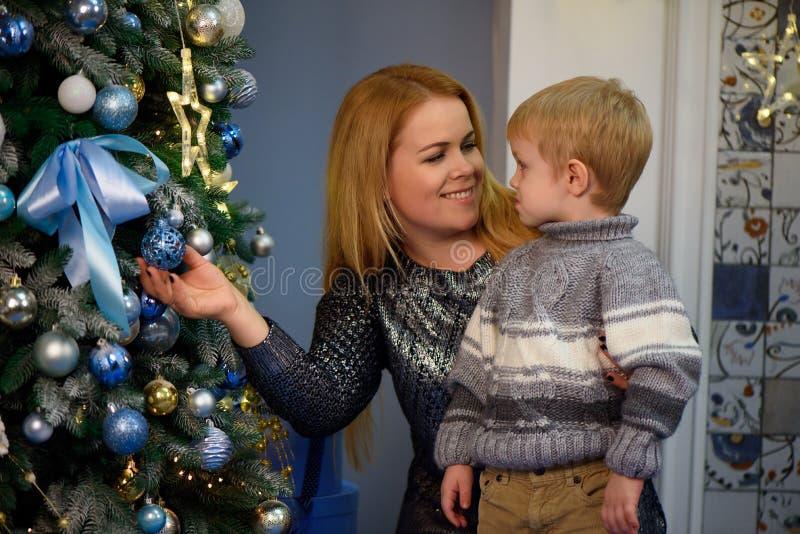 Porträt der glücklichen Mutter und Sohn feiern Weihnachten Neues Jahr ` s Feiertage stockbilder