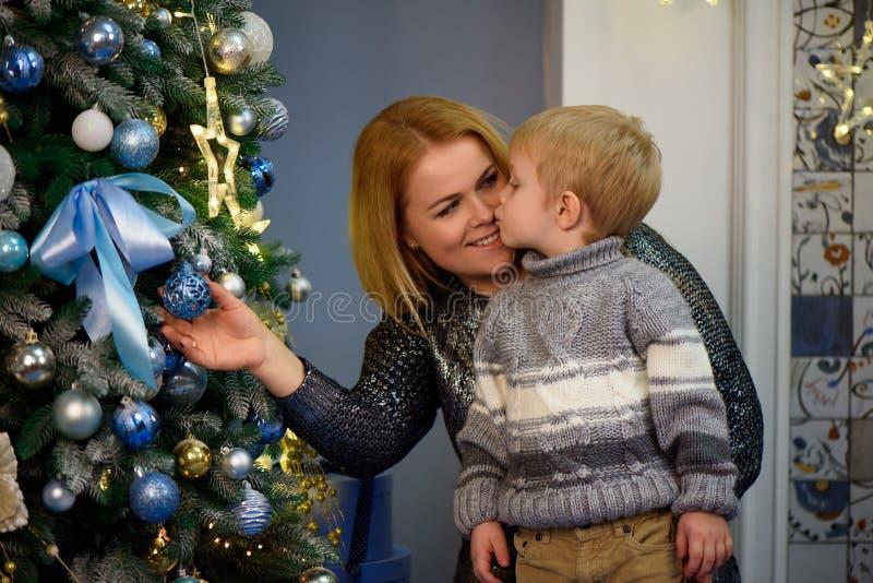 Porträt der glücklichen Mutter und Sohn feiern Weihnachten Neues Jahr ` s Feiertage stockbild