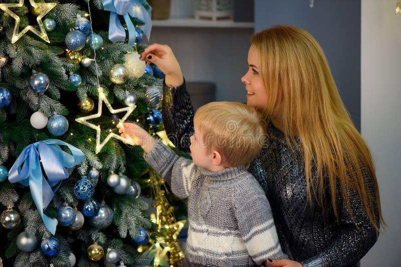 Porträt der glücklichen Mutter und Sohn feiern Weihnachten Neues Jahr ` s Feiertage lizenzfreie stockbilder
