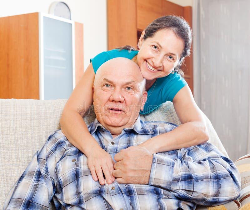 Porträt der glücklichen reifen Frau mit Ehemann lizenzfreie stockbilder