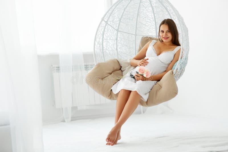 Porträt der glücklichen schwangeren Frau stockbild
