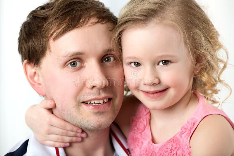 Porträt der glücklichen Tochter mit liebem Vater stockfotografie