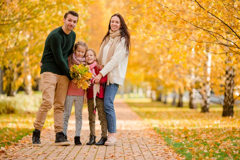Porträt der glücklichen vierköpfiger Familie am Herbsttag stockbild