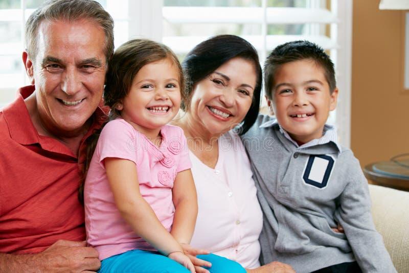Porträt der Großeltern mit Enkelkindern lizenzfreie stockfotografie