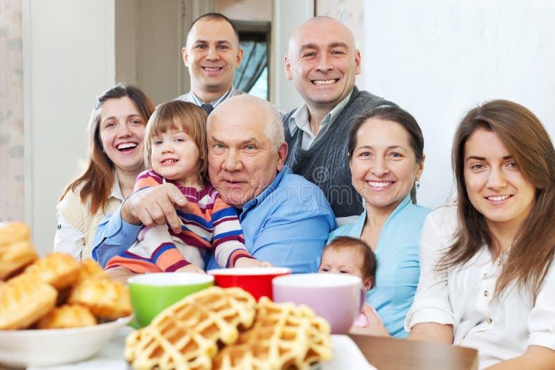 Porträt der großen Familie lizenzfreie stockbilder