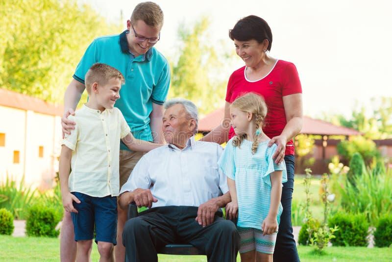 Porträt der großen glücklichen Familie mit altem Großvater, seine Tochter stockbild
