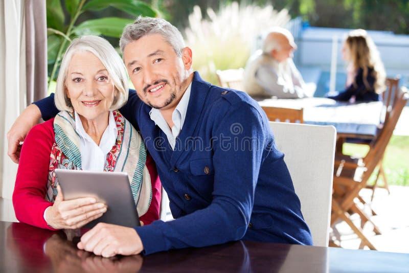 Porträt der Großmutter und des Enkels, der Digital verwendet lizenzfreie stockfotografie