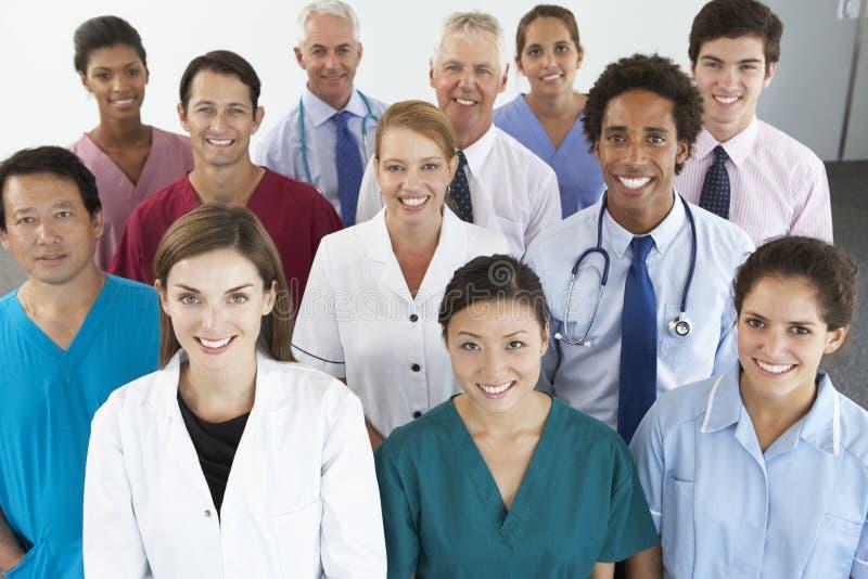 Porträt der Gruppe glücklicher und positiver Konferenz-Delegierter lizenzfreies stockfoto