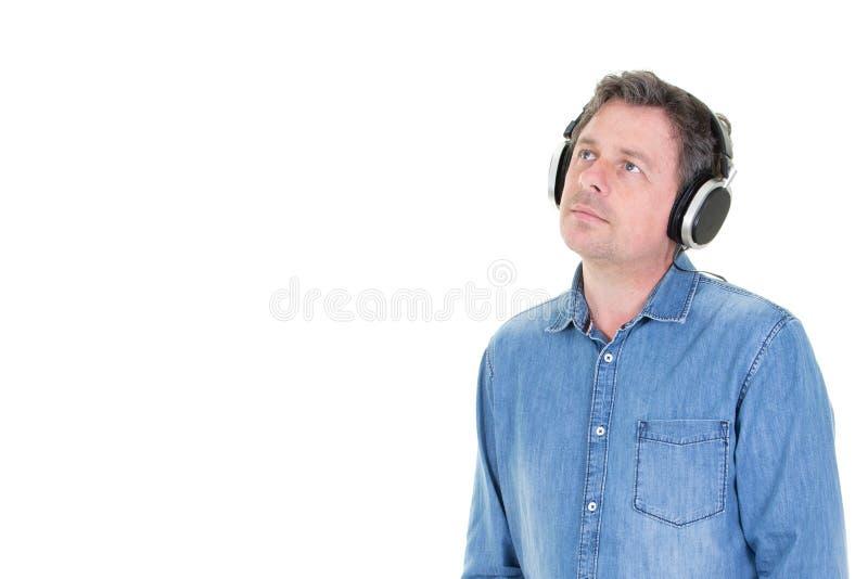 Porträt der hörenden Musik des nachdenklichen Mannes mit Kopfhörern schauen oben mit leerem Kopienraumweiß stockfoto