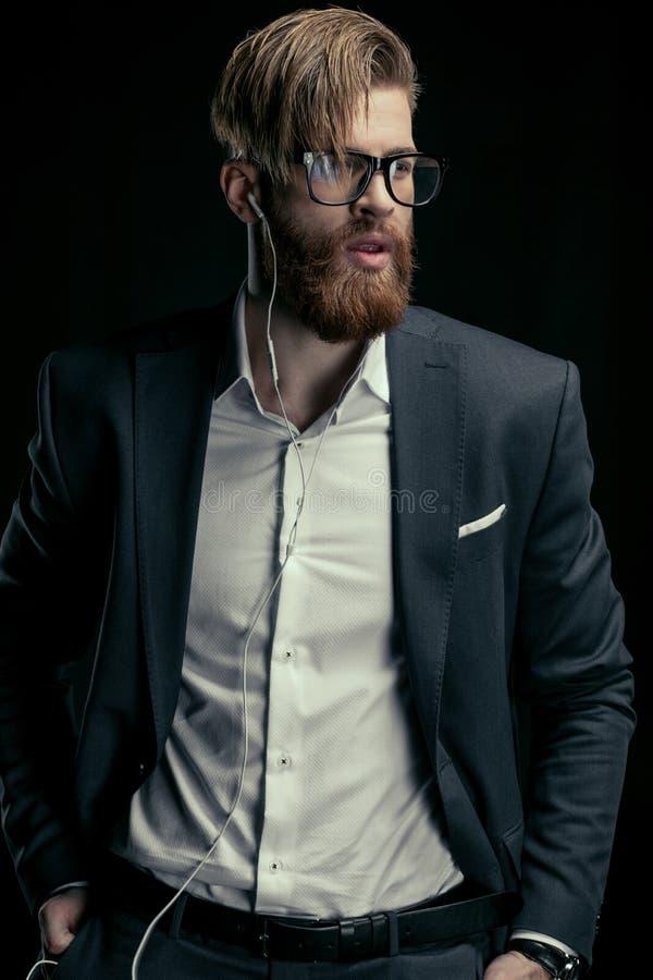 Porträt der hörenden Musik des stilvollen Mannes mit Kopfhörern lizenzfreies stockfoto