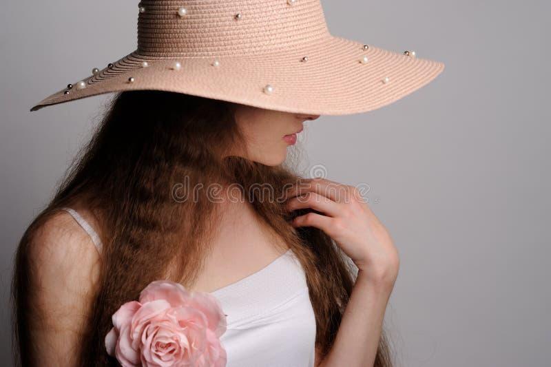 Porträt der hübschen Frau im rosa Hut lizenzfreies stockfoto