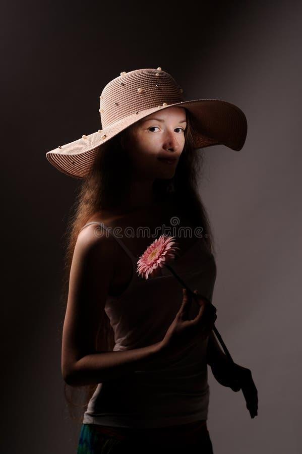 Porträt der hübschen Frau im rosa Hut lizenzfreies stockbild