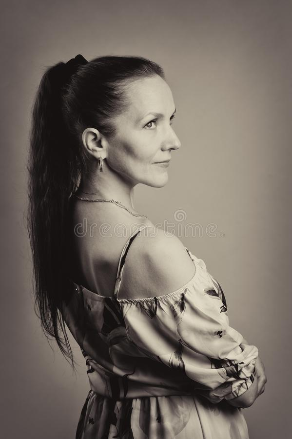 Porträt der hübschen Frau im rosa Kleid stockfotos