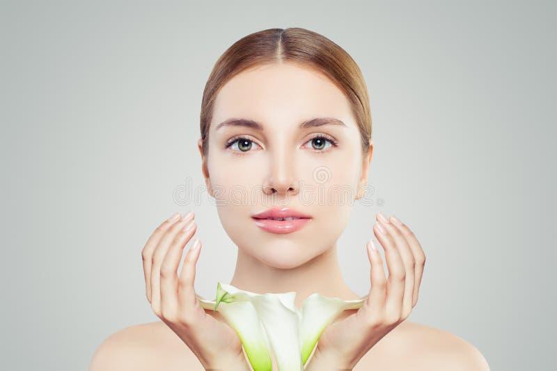 Porträt der hübschen Frau mit klarer Haut und Blumen Skincare und Gesichtsbehandlungs-Konzept stockbild