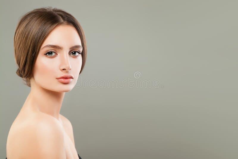 Porträt der hübschen Frau mit perfekter Haut lizenzfreies stockbild