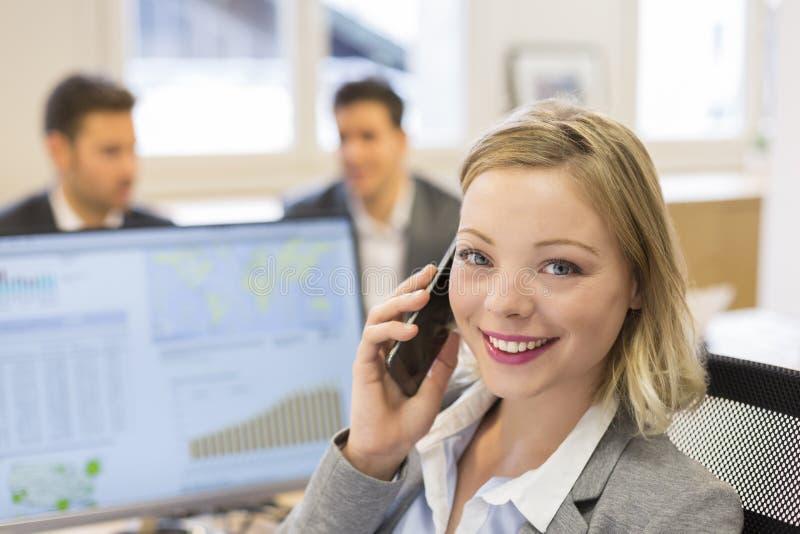 Porträt der hübschen Geschäftsfrau am Handy in modernem offic lizenzfreies stockbild