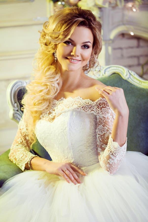 Porträt der hübscher Frau im Hochzeitskleid Die Mädchenbraut sitzt in einem Stuhl stockbilder
