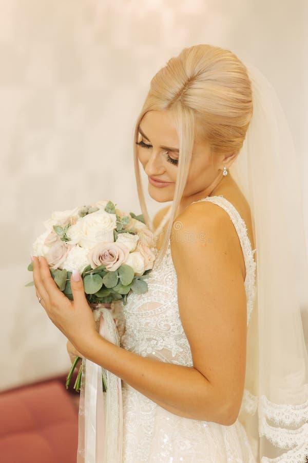 Porträt der herrlichen Braut zu Hause Hübsche Frau mit Blumenstrauß Morgen der schönen Braut Glückliche Paare in der Weinleseklei stockfoto