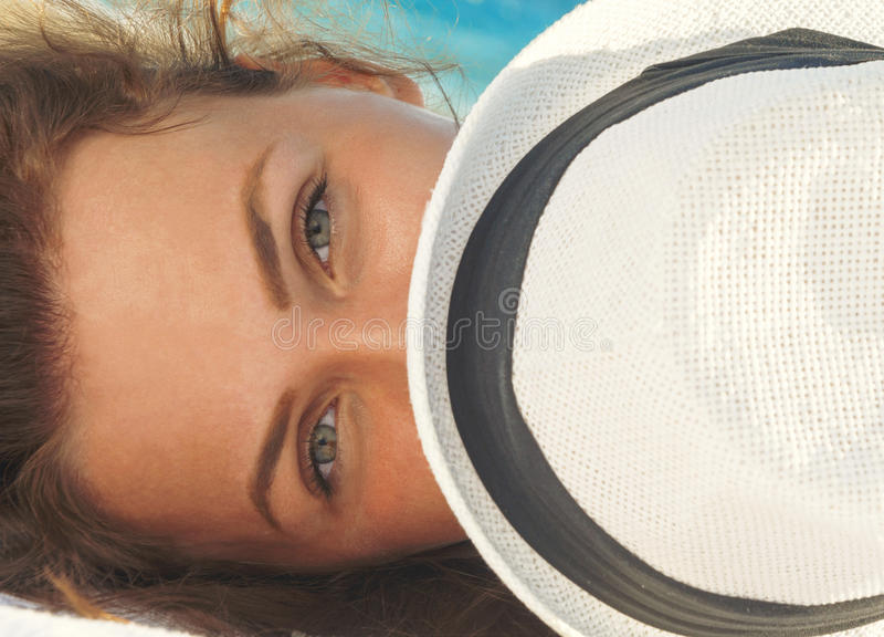 Porträt der herrlichen Frau liegend auf dem Strand stockbild