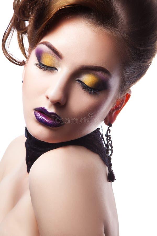 Porträt der herrlichen Frau mit geschlossenen Augen und bilden im studi stockbilder